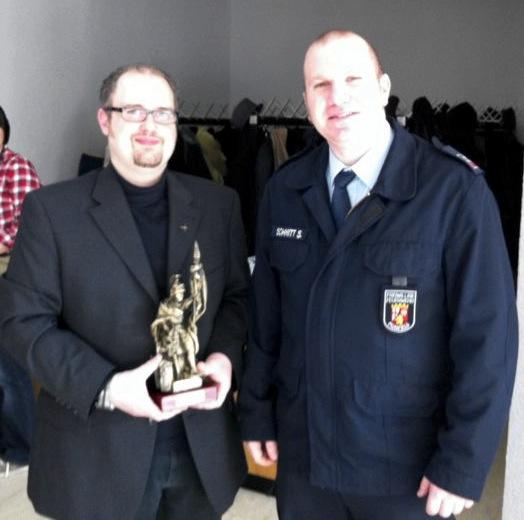 Foto Wehrführer Sebastian Schmitt mit Pfarrer Henning Lang